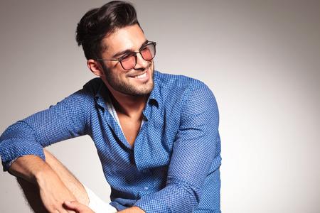 gafas de sol: Retrato de un hombre de moda guapo sonriendo mientras mira a la c�mara.