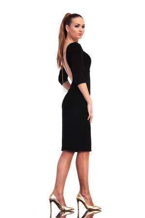 隔離されたスタジオを歩いてエレガントなファッションの豪華な女性の側面図です。 写真素材 - 39503998