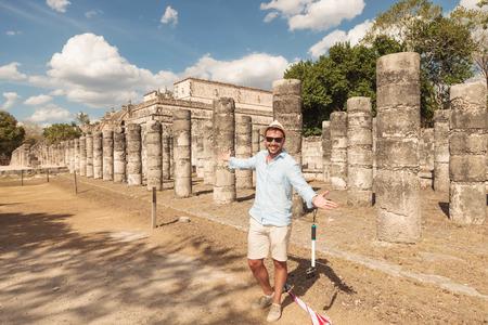 invitando: Feliz el hombre que le invita a visitar las ruinas de Tulum, M�xico. Foto de archivo
