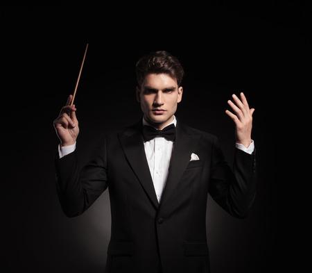 앞을 보는 동안 오케스트라를 지휘 우아한 남자의 초상화. 스톡 콘텐츠