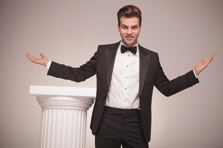 elegant business man: Attraente elegante uomo d'affari vi accoglie con le braccia aperte. Archivio Fotografico