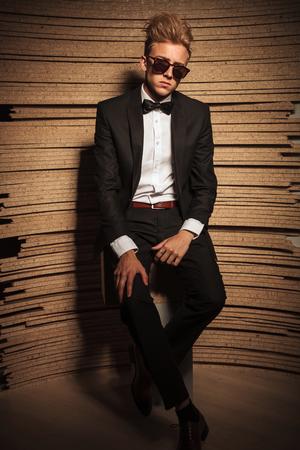 elegant business man: Il corpo di un giovane elegante uomo d'affari seduto su una sedia tenendo la mano sulla sua gamba. Archivio Fotografico
