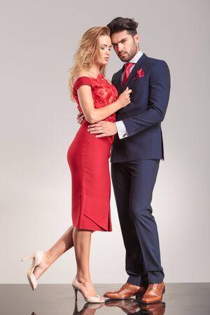 uomo rosso: Immagine piena lunghezza di una coppia elegante giovane abbraccia.