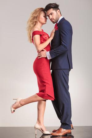 Elegante cara de pie pareja a cara abrazar.
