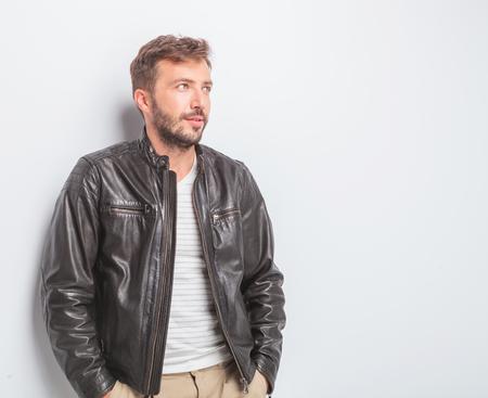 chaqueta: vista lateral de un joven casual mirando a la cámara en el estudio Foto de archivo