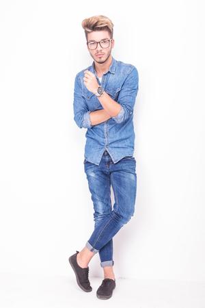 capelli biondi: tutto il corpo di un uomo casual serio che indossa jeans vestiti su sfondo bianco