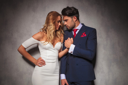 double breasted: sensual pareja abraz�ndose cerca de sus manos en un amor posar, estudio de imagen en ropa elegante Foto de archivo