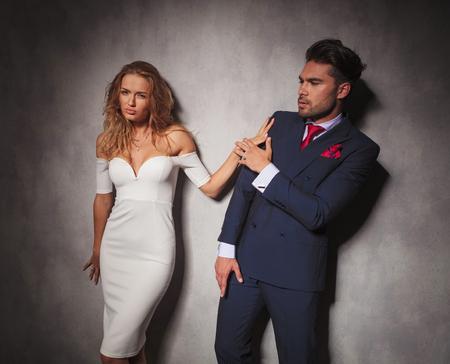 double breasted: elegante moda hombre se apart� por su amante, luchan en estudio Foto de archivo