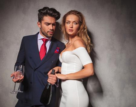 double breasted: vista lateral de una pareja de moda caliente con champ�n y gafas listo para celebrar Foto de archivo