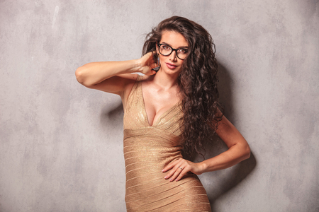 capelli lunghi: bella donna con i capelli lunghi toccare il suo collo, mentre posa per la fotocamera