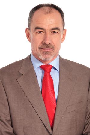 hombre de negocios: retrato de un hombre de negocios mayor sonriente mirando a la cámara sobre fondo blanco