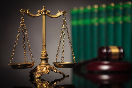 balanza justicia: concepto de derecho y la justicia justa, equilibrada escala de oro delante de los libros de derecho y martillo del juez