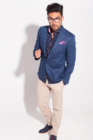 cuerpo hombre: foto de cuerpo entero de un hombre elegante que parece sorprendida mientras está de pie en el estudio Foto de archivo