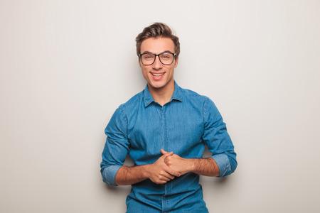 poses de modelos: joven casual en camisa vaqueros azules reír y divertirse al mismo tiempo que presenta en estudio