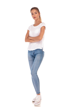 흰색 배경에 넘어 손으로 서 젊은 캐주얼 여자의 전신 사진을 넘어 스톡 콘텐츠