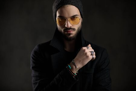 bearded guy looking confident wearing sunglasses and black beanie 版權商用圖片