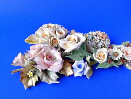 Bunch von Naturwerksteinen Keramik Blumen (wie Capodimonte) isoliert blau Stockfoto - 4464834