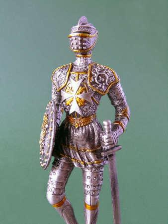 Details van Suit van Armour met zwaard en schild op groen