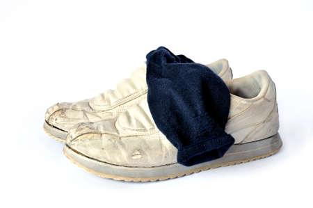 ratty: Usato e indossare scarpe con causale calzini sporchi isolato su sfondo bianco Archivio Fotografico