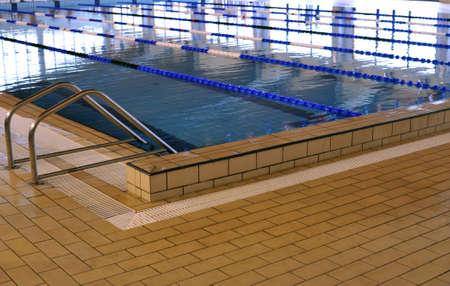 Binnenkant van een duidelijke junior sport zwembad