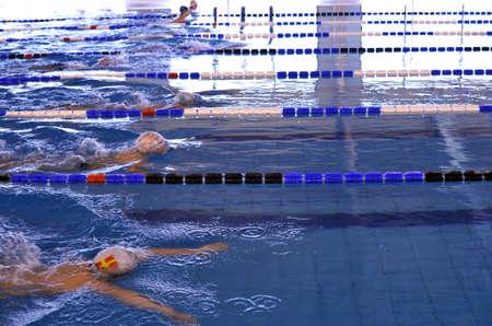 swim goggles: Los ni�os que compiten en un concurso de nataci�n braza Foto de archivo