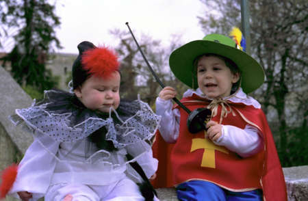 Portret van jongetje en een meisje in een carnaval pak