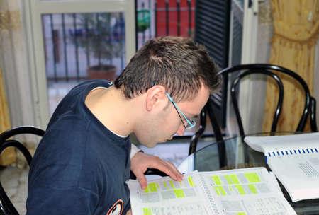 hombre estudiando: Joven estudia en casa