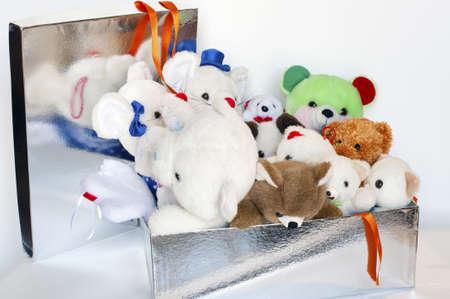 Cadeauverpakking pakket met veel teddyberen binnen Stockfoto