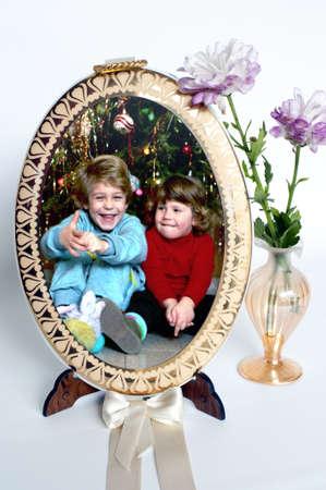 Herinneringen: frame met kinderen staand en verse bloemen Stockfoto