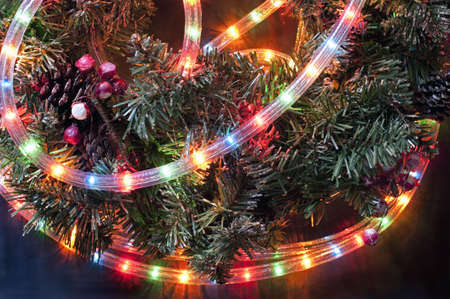 Detail van een kerst krans met gekleurde oogwenk buis-lights