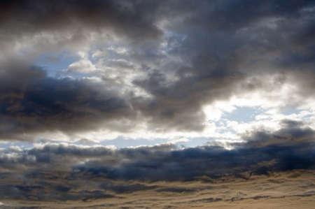 Gewelddadige vorming van dramatische storm wolken tegen een donker blauwe hemel  Stockfoto