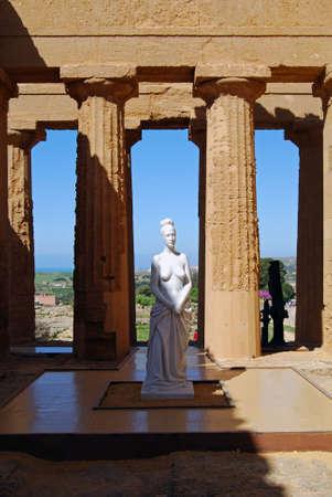 templo griego: Estatua en el templo de la Concordia, en la Valle de los templos, Agrigento, Sicilia  Foto de archivo