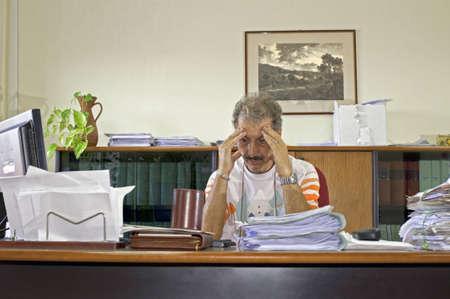 outwork: Hombre de administrador desalentados en su escritorio en la Oficina