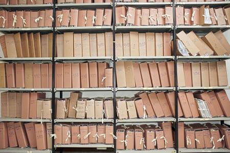 Kantoor archief met veel mappen op metalen rekken Stockfoto