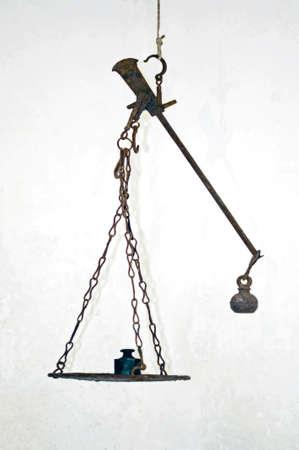 Een oude Romeinse Stalhof evenwicht met stootkussen en gewichten  Stockfoto