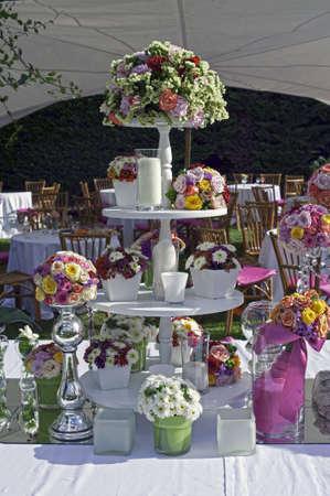 Mooie bloemen tabel instelling voor bruiloft in een tuin