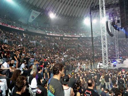 """Concert van de band """"Metallica"""", Rome 24 juni 2009. Mensen kijken naar het concert."""
