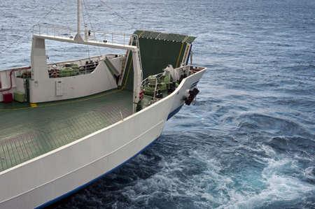 eingeschifft: Das Heck des einer F�hre beim Segeln Lizenzfreie Bilder