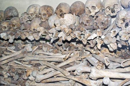 Detail van een ossuarium met schedels en beenderen