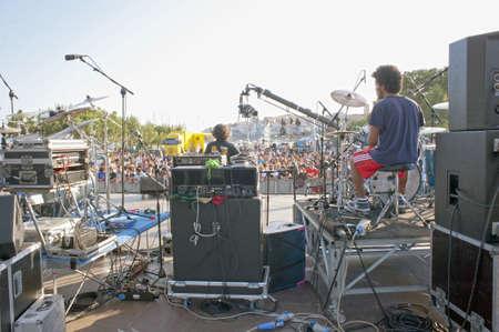 """Marina di Camerota, Salerno, Italië, mei 27-28-29, 2011: """"Meeting del mare ', de jaarlijkse drie dagen lang concert voor nieuwe opkomende groepen en zangers. Stage gezien vanaf de achterkant"""