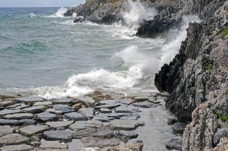 wzburzone morze: Wzburzone morze wzdłuż wybrzeża