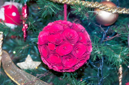 gewgaw: Wooden roses on the Christmas tree