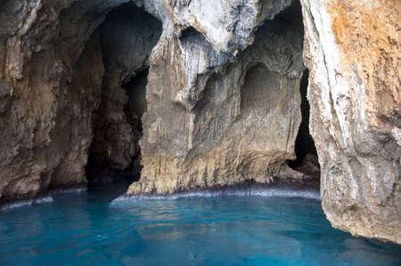 orificio nasal: Cuevas del mar a lo largo de la costa Foto de archivo