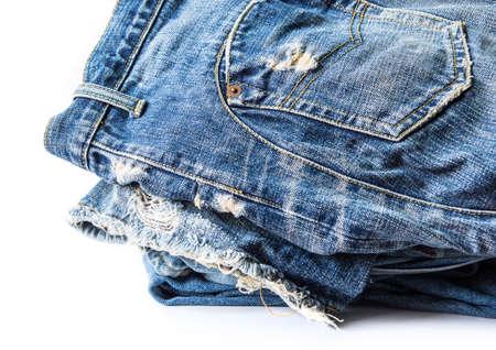 tatter: Los pantalones vaqueros azules sobre fondo blanco