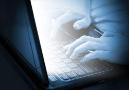 女性の手のノート パソコンのキーボードで入力します。