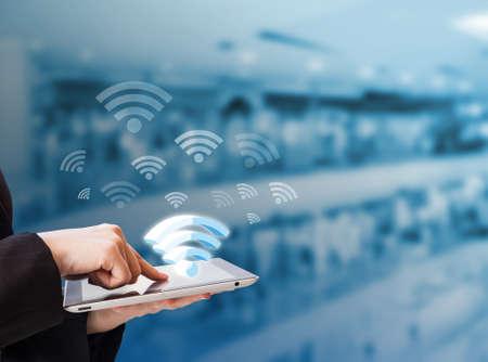 Mulher de negócios que a conexão com Wifi