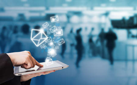correo electronico: Empresaria env�o de correo electr�nico por tableta digital en la estaci�n de tren del cielo Foto de archivo