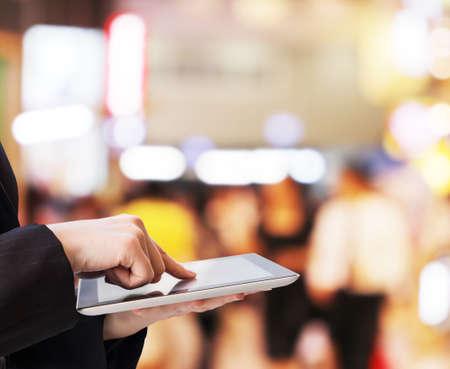 ショッピング モールのデジタル タブレットを使用して実業家 写真素材