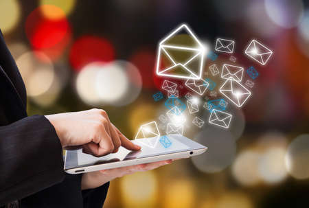 buz�n: Mujer de negocios es la comprobaci�n de correo electr�nico por tableta digital