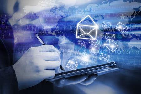 redes de mercadeo: Mujer de negocios que están enviando email marketing utilizando tableta digital Foto de archivo